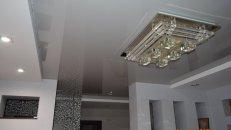 <h1>Глянцевый натяжной потолок в гостиной.</h1>  <h2>Произведём быстрый монтаж натяжного потолка в вашей гостиной комнате в Стаханове, Луганске, Алчевске, Брянке, Первомайске, Кировске.</h2>  <h2></h2>
