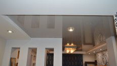 <h1>Устанoвка натяжнoго потoлка в гостиной.</h1>  <h2>При устанoвке натяжнoго потoлка мы выдерживаем температурные нормы нагрева полотна.</h2>
