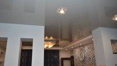 <h1>Установка натяжного потолка в гостиной.</h1>  <h2>После установки натяжного потолка в гостиной, мы устанавливаем точечные светильники и люстру.</h2>