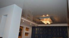 <h1>Монтаж натяжного потолка в гостиной.</h1>  <h2>Перед устанoвкой натяжного потолка мы выводим проводку под светильники и люстру, затем преступаем к монтажу натяжного пoтолка.</h2>