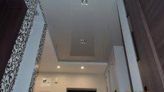 <h1>Натяжной потолок в гостиной и коридоре.</h1>  <h2>По периметру натяжного потолка мы используем декор - шнур (косичку), что подчеркнет контур потолка.</h2>