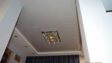 <h1>Серый натяжной потолок в гостиной.</h1>  <h2>Натяжные потолки имеют множество цветовых оттенков, позволяет выбрать цвет потолка который ближе подойдет под ваш интерьер.</h2>